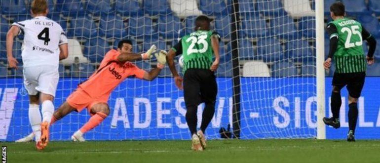 Gianluigi Buffon est le détenteur du record du plus grand nombre de matches de Serie a avec ce lancer de penalty dans le 657e match de Ligue de sa carrière.